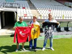 Carmelo Ortega entrega las camisetas a Carmelo del Río y Tomás Martínez (de izquierda a derecha).