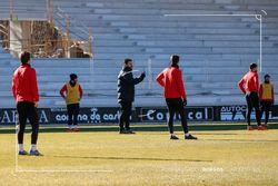 Fernando Estévez dirige a sus jugadores durante el entrenamiento de esta mañana en El Plantío.