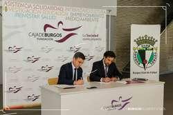 Rafael Barbero y Jesús Martínez rubrican el convenio de colaboración.