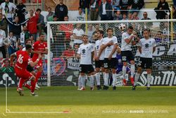 Hugo supera a la barrera para lograr el 2-1.