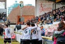 Los jugadores festejan uno de los dos goles conseguidos ante el Internacional de Madrid.