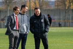 Salmerón (derecha) dialoga con Franco Caselli (consejero delegado) y Diego Díaz (Dirección Deportiva) durante el entrenamiento de esta mañana.