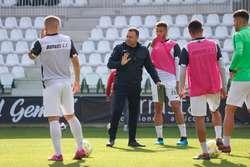 Salmerón da instrucciones a sus jugadores en el entrenamiento de esta mañana.