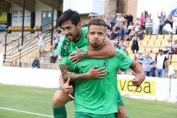 Marcelo festeja con Pisculichi el primero de sus dos goles.