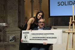 Candela Blanco entrega el cheque a Juan Ignacio Hortigüela.