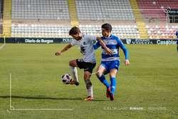Aldalur disputa el balón con un rival en el partido ante el Internacional de Madrid.
