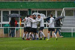 Los juveniles festejan, bajo la nieve, el gol de Sedano, momentáneo 2-0.