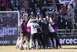 Los jugadores forman una piña a la conclusión del encuentro.