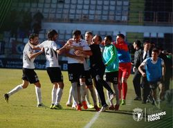 Equipo y cuerpo técnico festejan el gol de Diosbert.