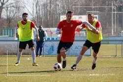 Adrián Cruz conduce en presencia de Diego Cervero durante un entrenamientos.