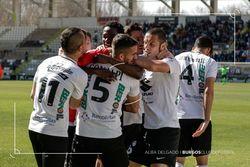 Los jugadores celebran exultantes el gol de Yaw Annor.