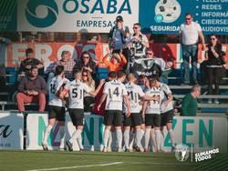 Los jugadores festejan un gol rodeados de blanquinegros.