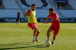 Goti disputa un balón con Toché en el entrenamiento del pasado martes..