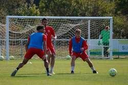 Undabarrena, entre Wilson y Juanma en un entrenamiento.