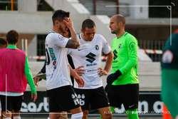Adrián Cruz, Cervero y Saizar, cabizbajos tras la derrota ante el Pontevedra. La plantilla ha hecho autocrítica.