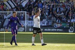 Diego Cervero saluda a la afición al ser sustituido en el encuentro ante el Celta B.