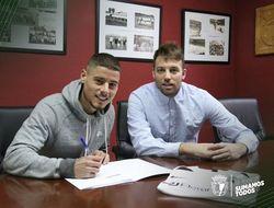 Alarcón, junto a Michu en el momento de firmar su contrato como blanquinegro.